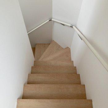 階段を降りて玄関に。