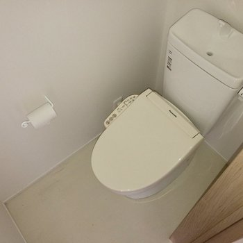 トイレは個室に。※写真は通電前のものです。フラッシュを使用して撮影しています。