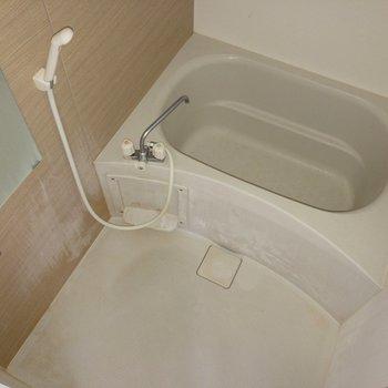 浴室はゆったりサイズ。※写真はクリーニング・通電前のものです。フラッシュを使用して撮影しています。