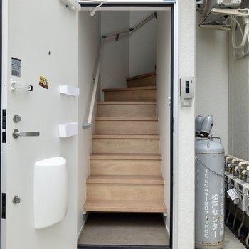 一番下の段には収納スペースが。