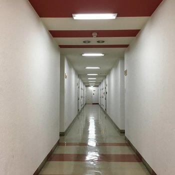 共用部】4階は赤がテーマカラー。