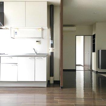 深みのある空間に白いキッチンが映えますね!