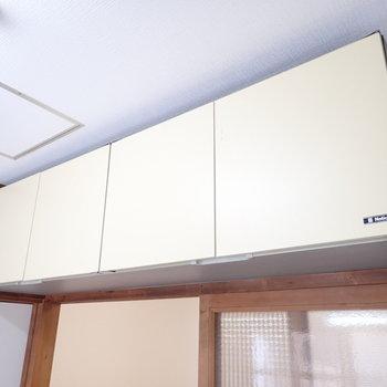 キッチンの後ろに収納棚。ちょっと高い。