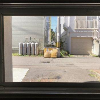 窓もありました♪ 眺めは、、 あの黄色いのが専用ゴミ置場になります♪
