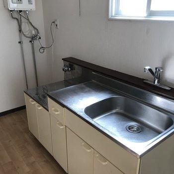こちらはキッチンスペース 換気扇小さめだったので小窓を上手く使いましょう♪