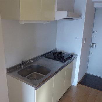 キッチンは2口ガスコンロ!(※写真は9階の同間取り別部屋のものです)(※仕様が一部異なる場合がございます)