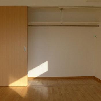 クローゼットも大きめ。(※写真は9階の同間取り別部屋のものです)(※仕様が一部異なる場合がございます)