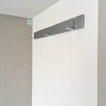 用途は様々、ブラインドフック。※写真は7階の同間取り別部屋のものです