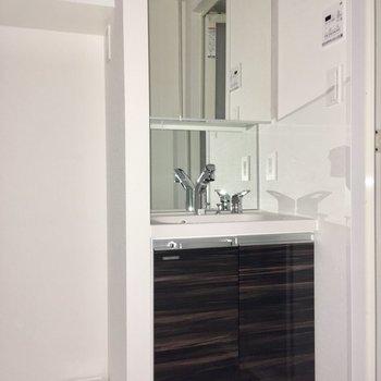 洗面台も綺麗ですね。右手に浴室、左手にトイレがあります。※写真は7階の同間取り別部屋のものです