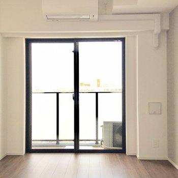 窓が大きくて開放感がありますね。※写真は7階の同間取り別部屋のものです