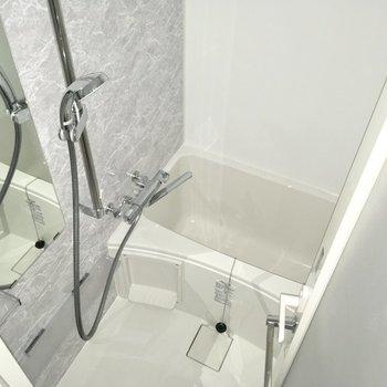 清潔感のある浴室。※写真は7階の同間取り別部屋のものです