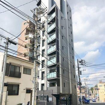 背の高いマンションの一室です。