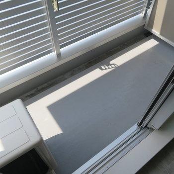 コンパクトなバルコニー(※写真は8階の反転間取り別部屋のものです)