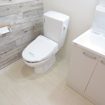 洗面脱衣所にトイレも同居(※写真は8階の反転間取り別部屋のものです)