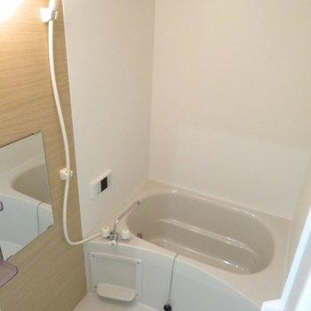お風呂も綺麗で追い炊き機能も(※写真は8階の反転間取り別部屋のものです)