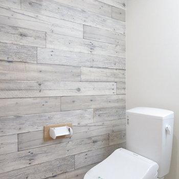 トイレの横のクロスも雰囲気をだしてくれてます(※写真は8階の反転間取り別部屋のものです)