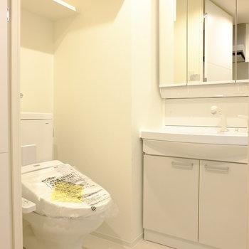 3面鏡の洗面台にトイレ。ぎゅっとまとまっています(※写真は8階の同間取り別部屋のものです)