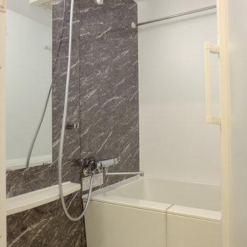 ピカピカで気持ちいいお風呂、浴室乾燥機付き!(※写真は8階の同間取り別部屋のものです)