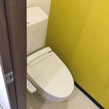 トイレも可愛いカラークロスが!