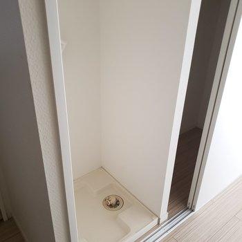 洗濯機置き場はクローゼットの半分にありました。(※写真は通電前のものです)