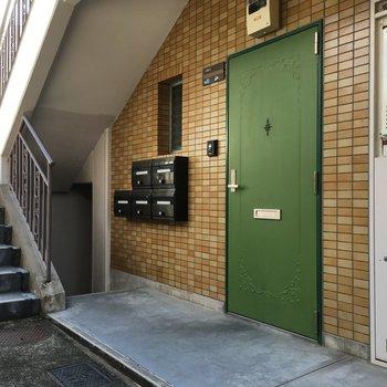 ポストは玄関ドアの横にあります。