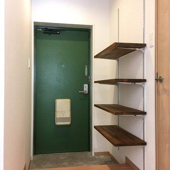 玄関はモスグリーン(かわいい)靴はオシャレに飾りましょ!