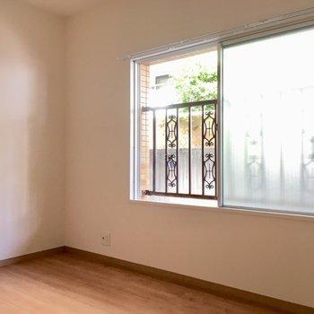 窓の外は共用廊下です。
