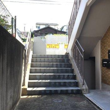 道路までは階段を登ってね!