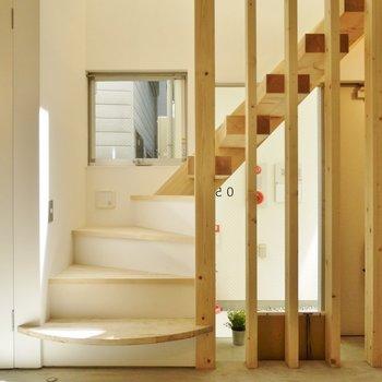階段がお部屋をお洒落にしてくれます♪※写真は別室です。