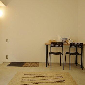 コンクリの床は自分好みに変身させちゃおう♪※写真は別室です。