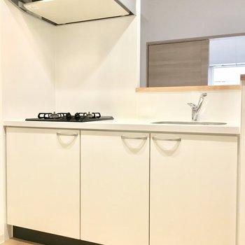 キッチンは白で清潔感◎