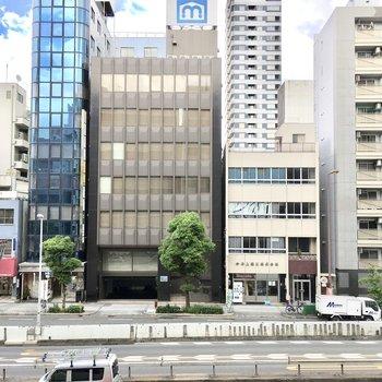 眺望は大通りとオフィスビル。
