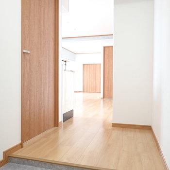 手前の扉は洋室です。