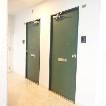 濃い緑の玄関が目を引きます。