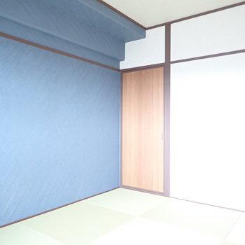 畳と壁紙の組み合わせが爽やか。