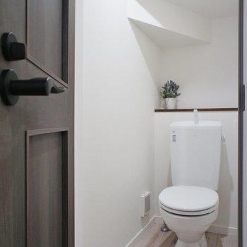 トイレはこんな感じ※写真は1階の同間取り別部屋のものです