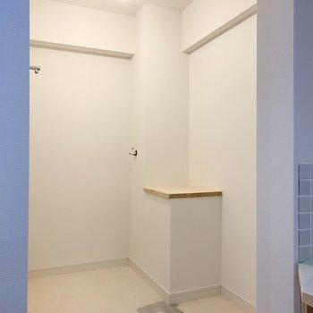 【工事中】洗面台横の洗濯機置場、洗濯機2台置けるんじゃないの?ってくらいの広さ、ちょっと中に入るのが良いですね!