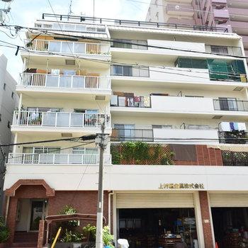 1階には会社が入るレトロなマンション