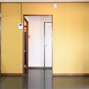 ダイニングスペースは黄色がテーマカラーに