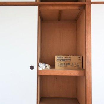 【洋室②】同じく押し入れタイプの収納。扉のうらは壁になっているので、しまえるのは写真で見えている部分だけ