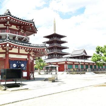 すぐ近くには観光地でもある四天王寺、歴史を感じます