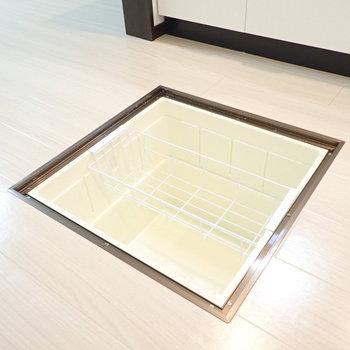 深さは膝くらいの床下収納。