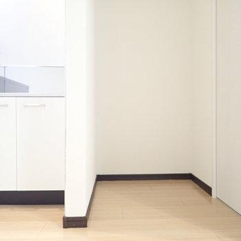 キッチンの隣が冷蔵庫置場です。