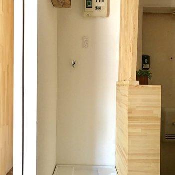 洗濯機置き場はこちらに。小さい棚がついています。