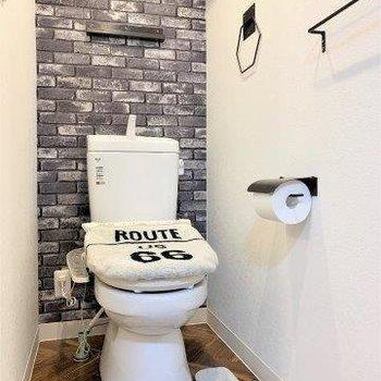 トイレのクロスもレンガ柄です