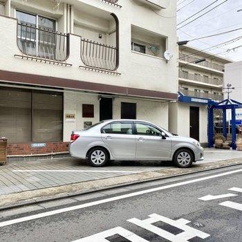 駐車場(空き要確認)。通りに面しており出し入れしやすそうです。