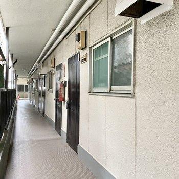 玄関前共用部。シンプルな道で家具搬入もラクラクです。