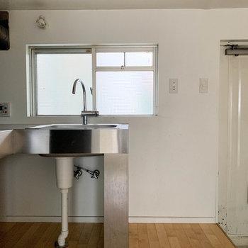 キッチンの右側に洗濯機置き場。※写真はクリーニング前のものです。