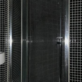 向かいにシャワールームがあります。※通電前につきフラッシュを使用しています。