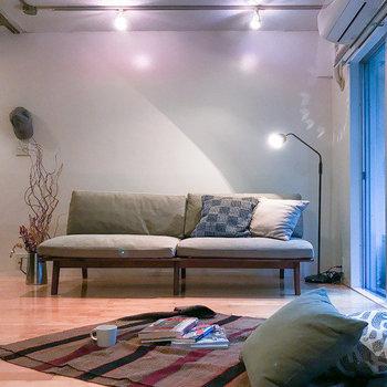 こんな風に2人掛けのソファーもおけます。※家具はサンプルです